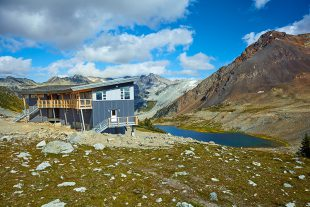 Kees and Claire Hut on the edge of Russet Lake